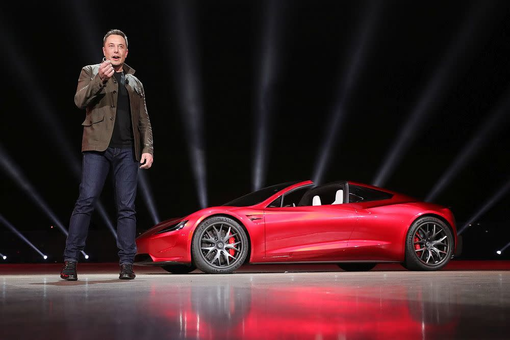 Eigentlich hatte Tesla-Chef Elon Musk die Präsentation des neuen Tesla Elektro-Trucks angekündigt, doch dann rollte ein komplett gegensätzliches Fahrzeug in den Mittelpunkt der Premieren-Show.