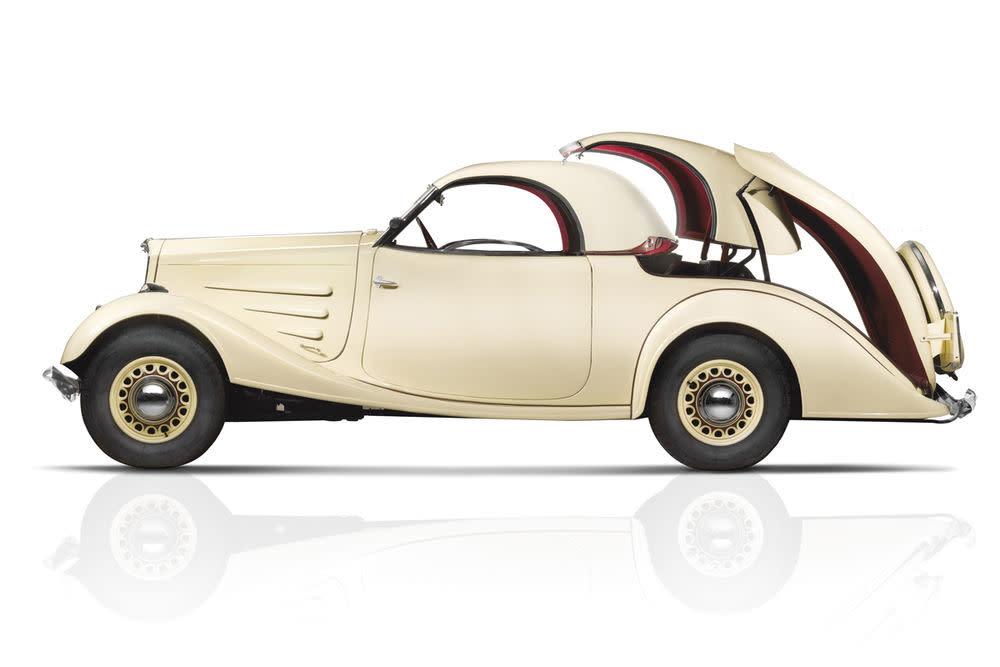 Als Erfinder des neuen offenen Fahrens gilt der Zahnarzt Georges Auguste Paulin. 1934 stellte er auf dem Pariser Autosalon seinen Peugeot 401 Eclipse vor, den er gemeinsam mit dem Konstrukteur Marcel Poutout umgebaut hatte. Über eine Hydraulik ließ sich das Stahldach im Heck versenken.
