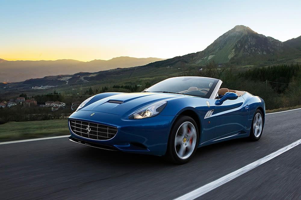 Endlich mal kein rotes Cabriolet. Der Ferrari California ist mit einem 4,3-Liter-Motor ausgestattet und bringt es auf 490 Pferdestärken. Dazu gibt es Sprintbestwerte: Von 0 auf 100 in 3,8 Sekunden.
