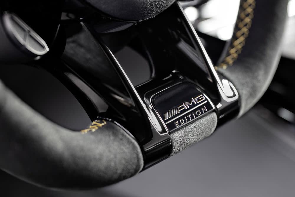 ... und das Leder-Sportlenkrad unterstreichen das Design.