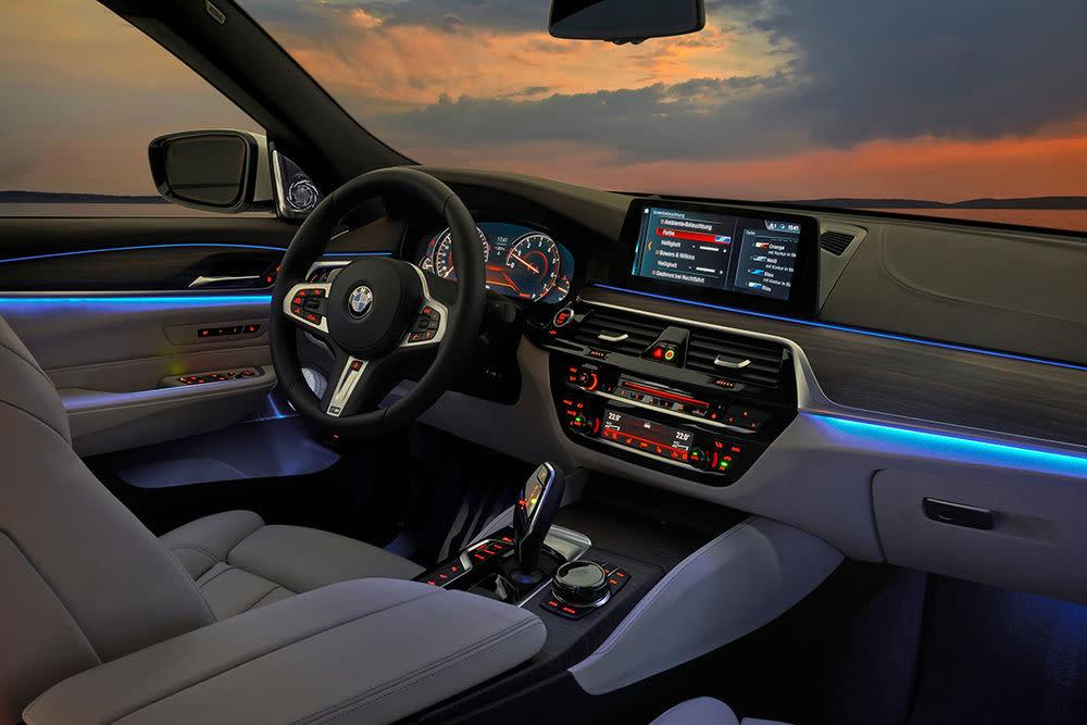 Zur weiteren Serienausstattung zählen das Navigationssystem Professional, eine Volllederausstattung mit Sitzheizung, und u.a. eine Zwei-Zonen-Klimaautomatik,