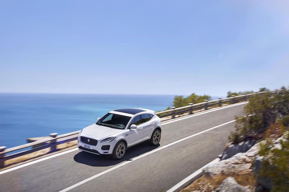 Auf den ersten Blick wirkt der neue Jaguar E-Pace wie ein geschrumpfter F-Pace – das größere SUV der Marke und inzwischen das meistverkaufte Modell der Briten.