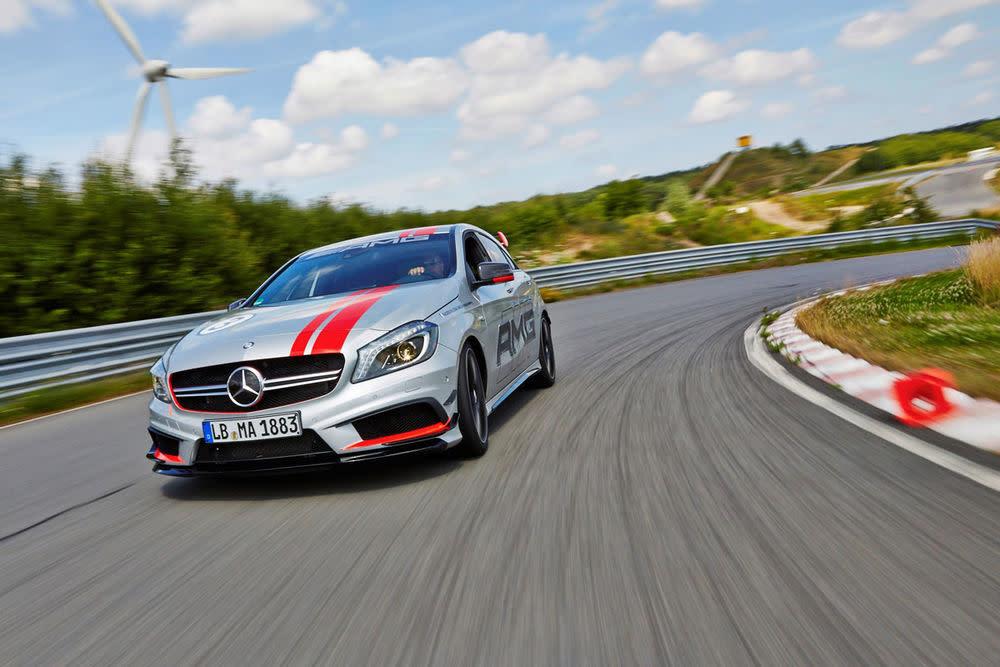 Die Trainings der Racing Academy finden auf Rennstrecken statt. Wer erstmal in die Academy-Welt hinein schnuppern will, bucht die AMG Experience, die kostet ab 550 Euro.