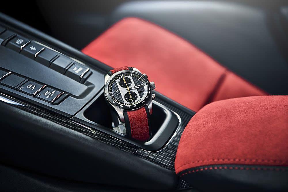 Für ganz eingefleischte Fans des GT2 RS bietet Porsche Design auch noch den exklusiven und eigens entwickelten Chronographen 911 GT2 RS an.
