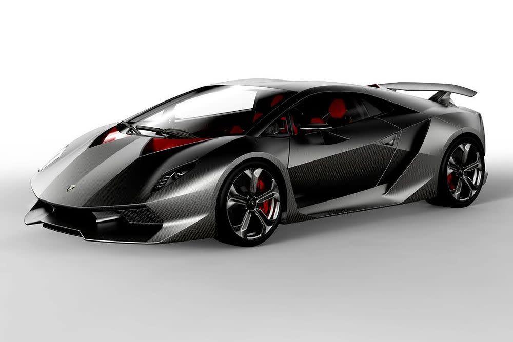 Bei Lamborghini setzt man mit dieser Kohlefaser-Studie konsequent auf Leichtbau. Mit nur 999 Kg Leergewicht katapultiert der 570-PS-Motor den Renner in nur 2,5 Sekunden von 0-100 km/h