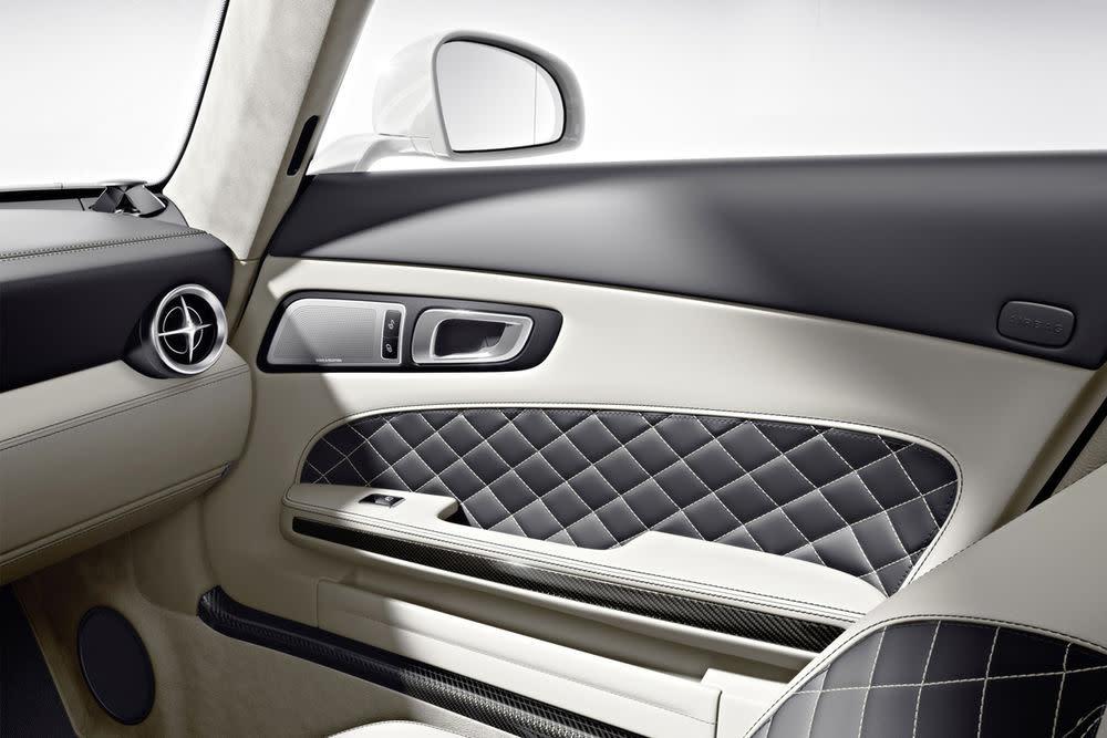 Neben dem schwarzen Leder gibt es natürlich auch die Rautenmusterausstattung. Hier aber in der Roadstervariante des SLS