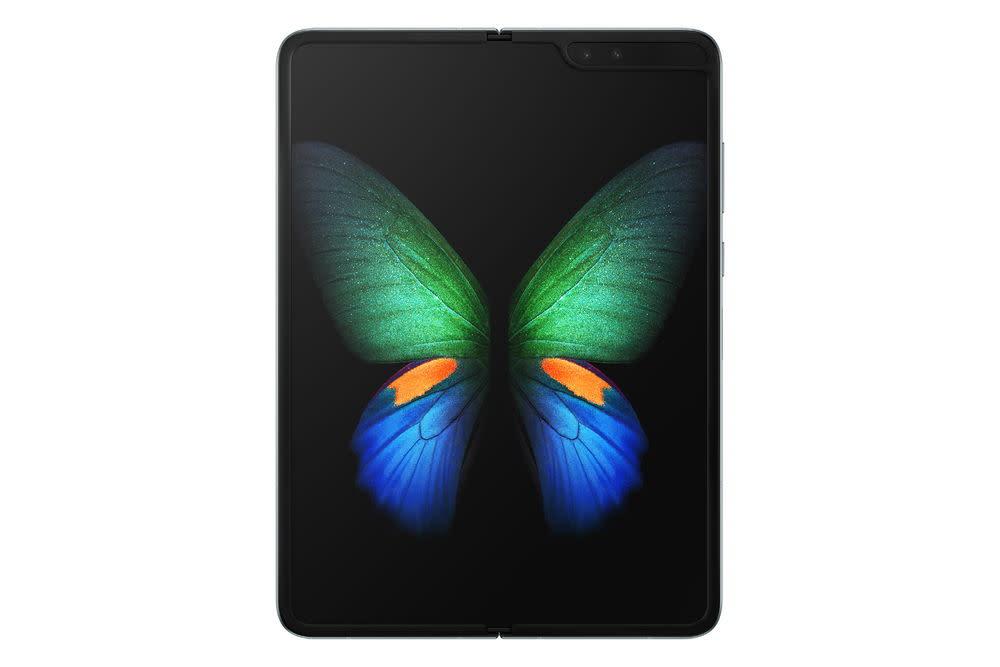 Dafür hat Samsung eine neue Polymerschicht erfunden und ein Display entwickelt, das rund 50 Prozent flacher ist als ein typisches Smartphone-Display.