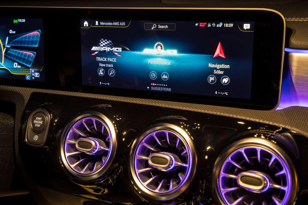 Das Infotainmentsystem des Mercedes-AMG A 35 verfügt über einen anpassbaren Screen.