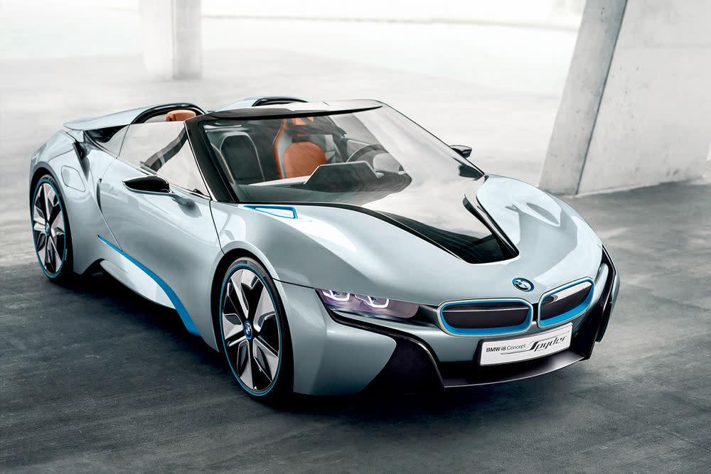 """Und noch einmal ein Blick in die Zukunft. Erst im letzten Jahr wurde der Hybrid-Racer BMW i8 vorgestellt. Bisher rollte er nur prominent durch den Film """"""""Mission Impossible: Ghost Protocol"""". Und jetzt präsentieren die Bajuwaren bereits die Topless-Variante, den BMW i8 Spyder.Der Hybridantrieb besteht aus einem 96 kW / 131 PS starken Elektromotor an der Vorderachse und einem Dreizylinder-Benzinmotor mit 164 kW / 223 PS an der Hinterachse. Die Systemleistung des Hybridsportlers liegt bei 260 kW / 354 PS, das maximale Drehmoment bei 550 Newtonmetern. Das verspricht viel Fahrspaß."""