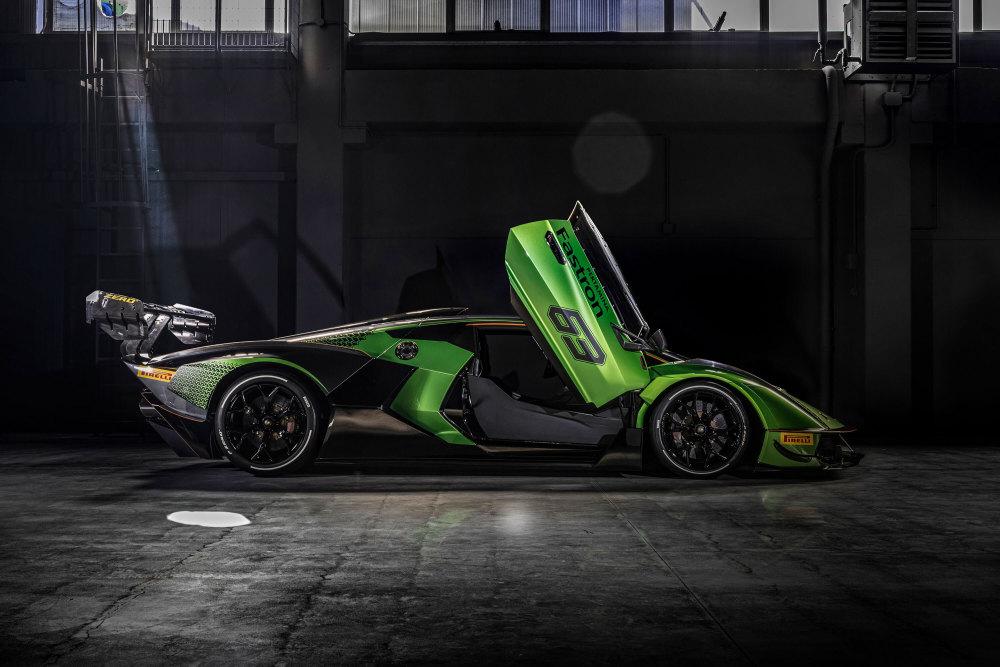 Lamborghini Essenza SCV12 limitiert von der Seite mit offenen Türen