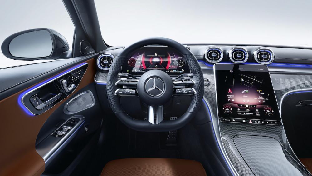 Im Inneren der Mercedes C-Klasse fällt der Mega-Screen auf.