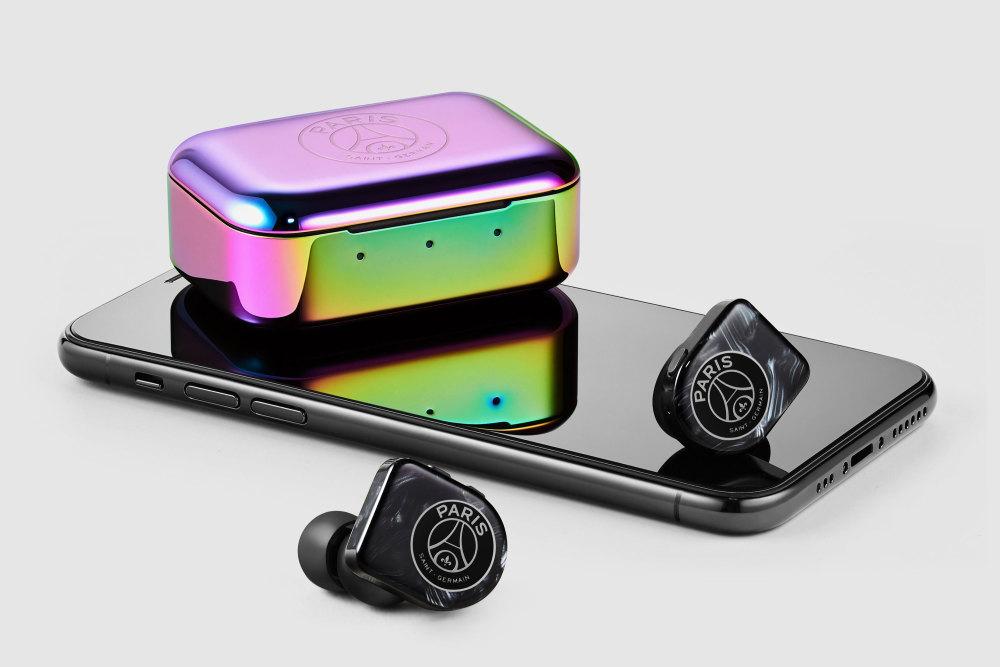 So sieht der MW07 Plus In-Ear-Kopfhörer von Master & Dynamic im PSG-Design aus.