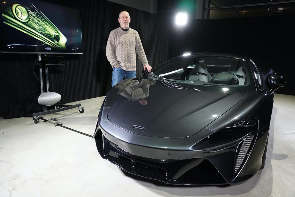GQ-Autor Ralf Bernert steht neben dem McLaren Artura.