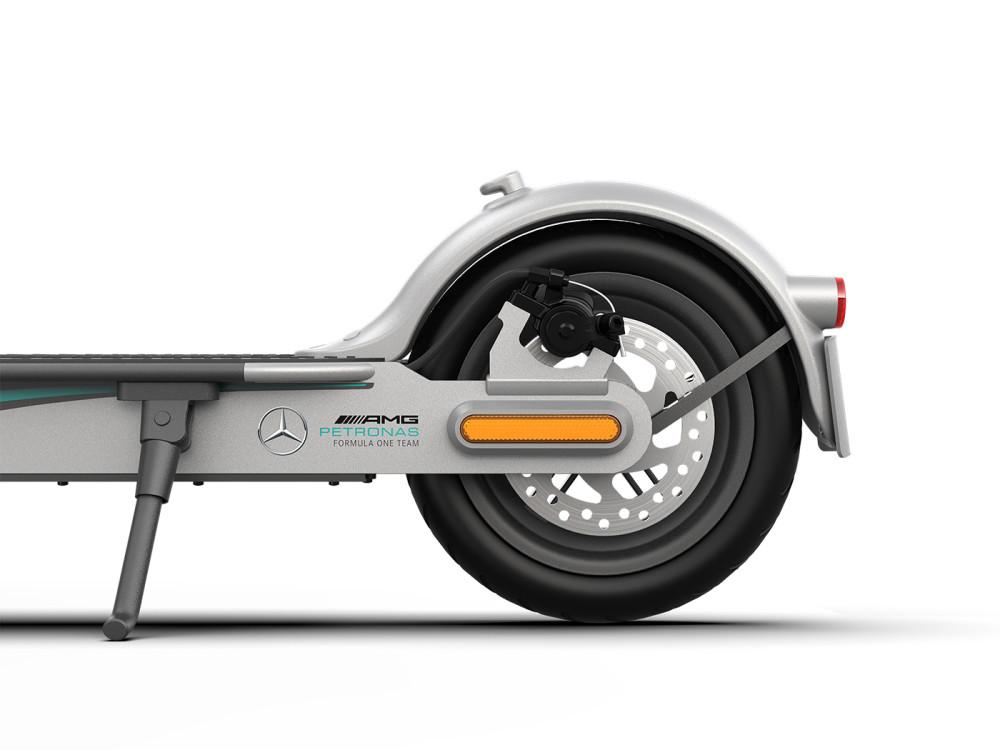 Xiaomi präsentiert einen E-Scooter mit Branding von Mercedes-AMG am Hinterrad.