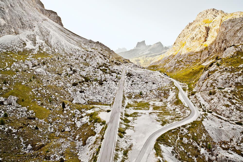 Auf dem Weg hoch zum Valparolapass fährt man nicht nur durch eine eindrucksvolle Gebirgslandschaft, er ist auch etwas für Gourmets. Nirgends in Italien ist die Dichte von Restaurants mit Michelin-Sternen höher. Und wenn sich die Abendsonne auf die Felsformationen legt, dann schimmert die Landschaft in unvergleichlichen Rottönen. Höhe — 2.168 m