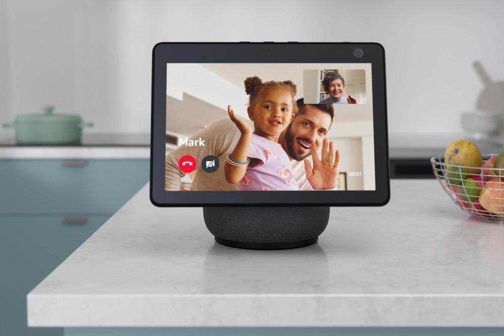 Das Display des Amazon Echo Show 10 kann sich auf Wunsch automatisch drehen.