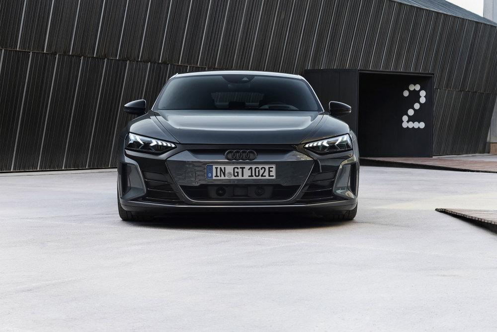 Von vorne ist der e-tron GT weiterhin klar als Audi zu erkennen.