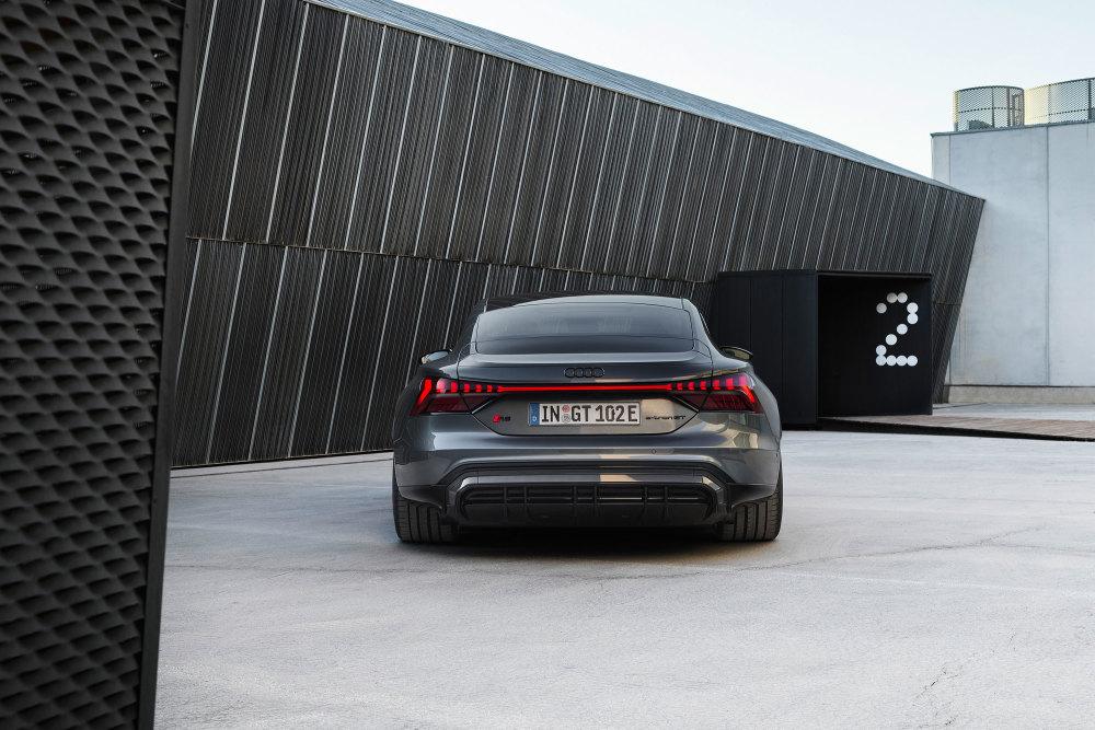 Das Heck des Audi RS e-tron GT ziert ein Leuchtenband.
