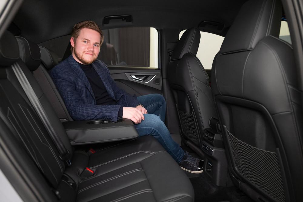 GQ hat im geräumigen Fond des Audi Q4 e-tron Platz genommen.