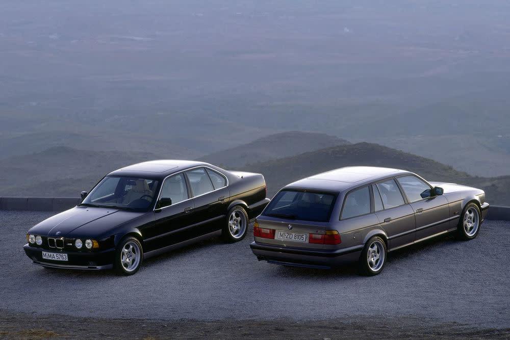 Der M5 aus der Baureihe E34 ist der letzte mit einem Reihensechszylinder aus dem berühmten BMW M1. Als Touring gehörte der BMW, der ab 1992 gebaut wurde, zu den schnellsten Serienkombis der Welt. 340 Pferdestärken, 400 Newtonmeter und 250 km/h Spitze lieferte der starke Kombi.