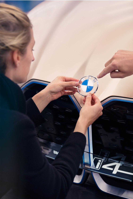 Neues BMW Logo bei Designstudie Concept i4