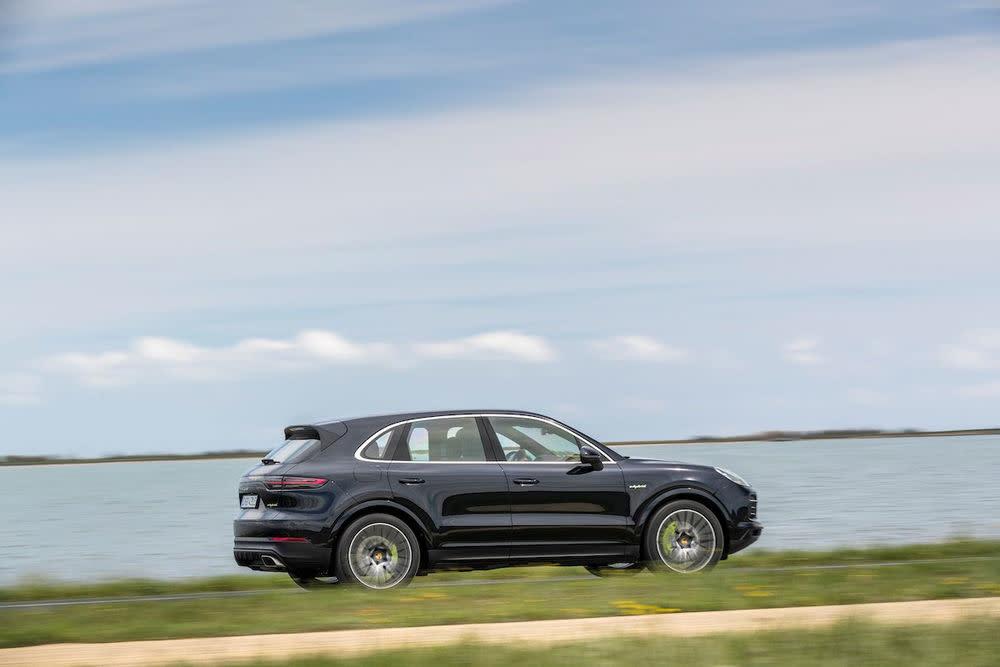 Zwar gab es schon zuvor ein Hybrid-Modell, jetzt kann der E-Cayenne aber an der Steckdose geladen werden und die rein elektrische Fahrt ist möglich.
