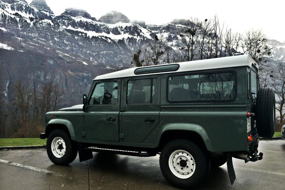 Raus aus der Stadt, rein in die Berge. Der Land Rover Defender fühlt sich am wohlsten, wenn man ihn auswildert.