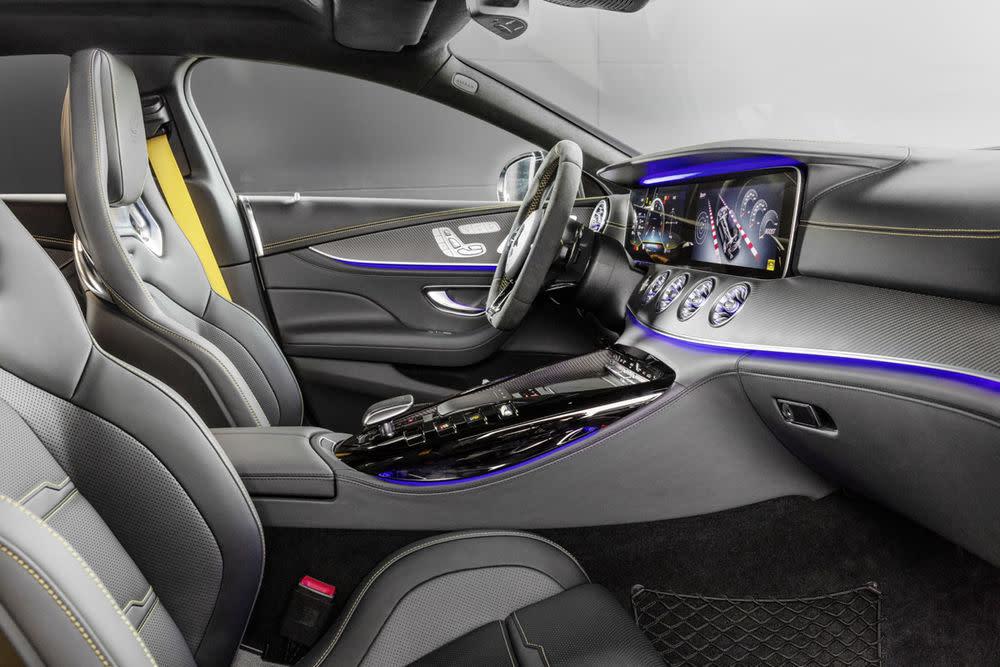 """Zudem hat der Viertürer in Sachen Inneneinrichtung Einiges zu bieten. Gelbe Gurte und Kontrastnähte, Polsterung aus Nappaleder sowie Zierelemente der Sorte """"Carbon matt"""" spiegeln die Hochwertigkeit und Unverwechselbarkeit des Autos wider."""
