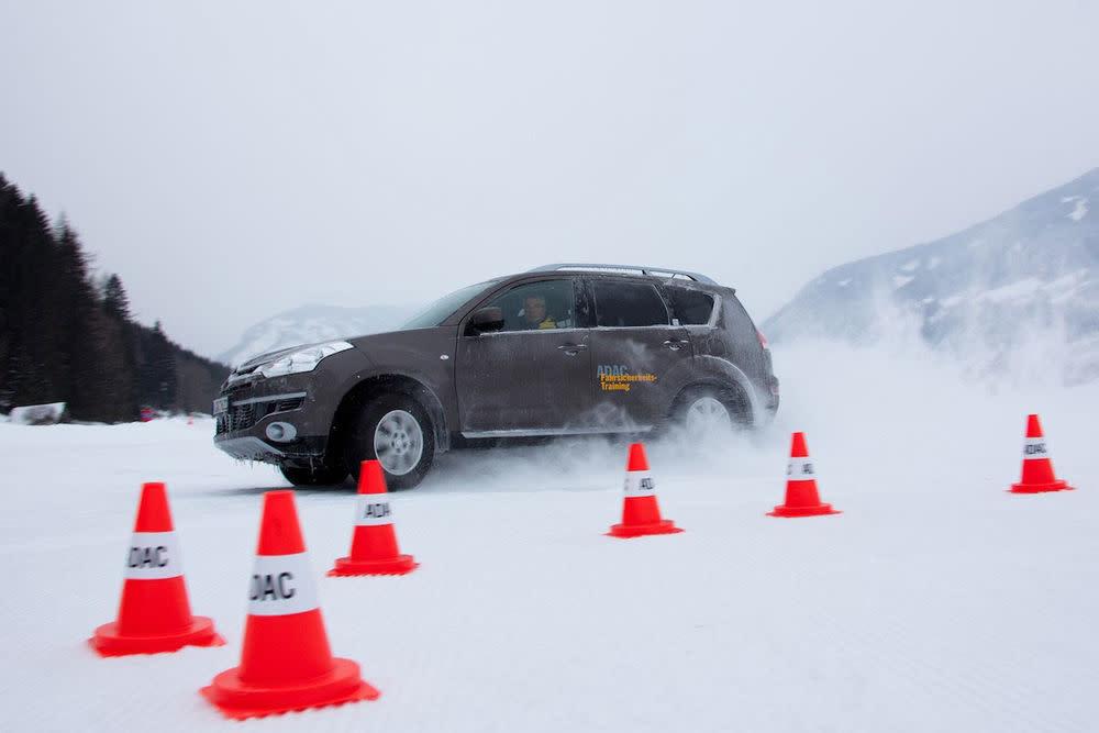 Unter Aufsicht von ADAC Profis, erfahren Sie wie Ihr Wagen auf schwierige Witterungsverhältnisse reagiert und erhalten viele Tipps aus erster Hand. Trainings sind ab 89 Euro buchbar.
