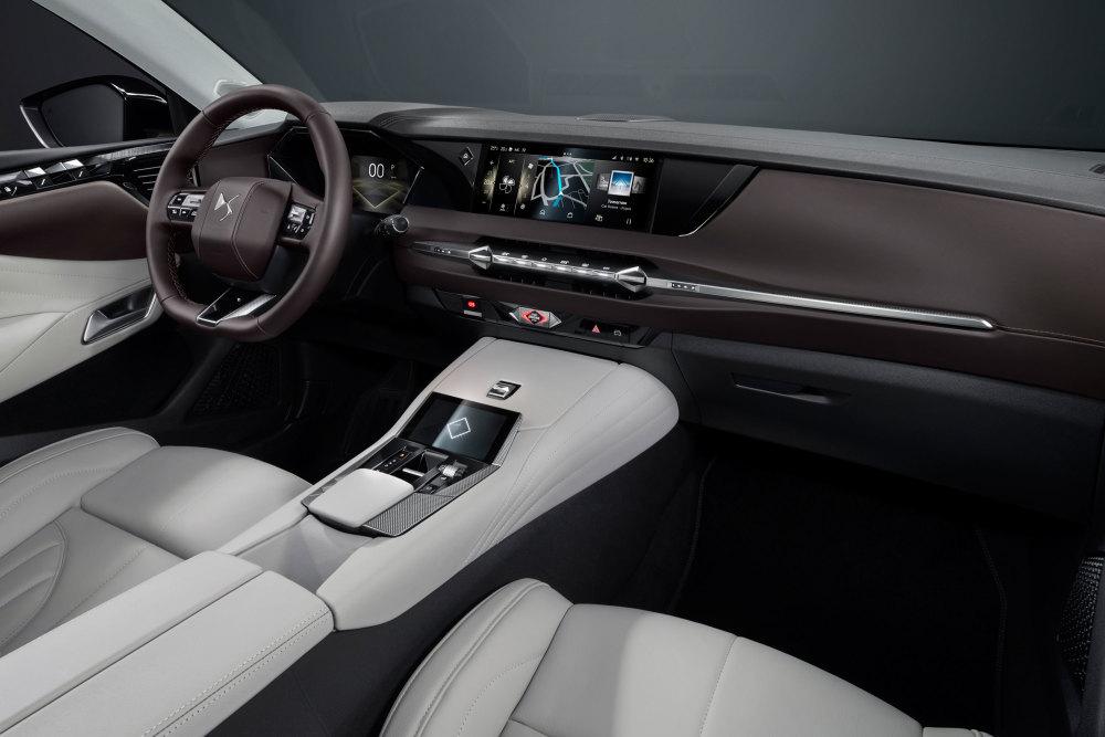 Der Innenraum des DS 4 (2021) wirkt puristisch und filigran.