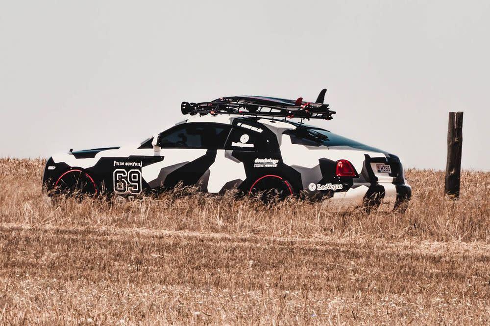 Zur weiteren Ausstattung des Rolls-Royce Wraith gehört eine spezielle Käfigkonstruktion auf dem Dach, wo unter anderem die obligatorische Dachbox, aber auch die neue Jetsurf-Ausrüstung des Schweden Platz findet.