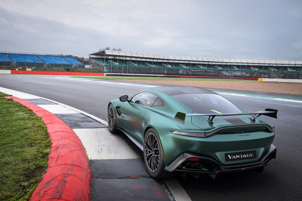 Der Flügel des Aston Martin Vantage F1-Edition sorgt für mehr Traktion.