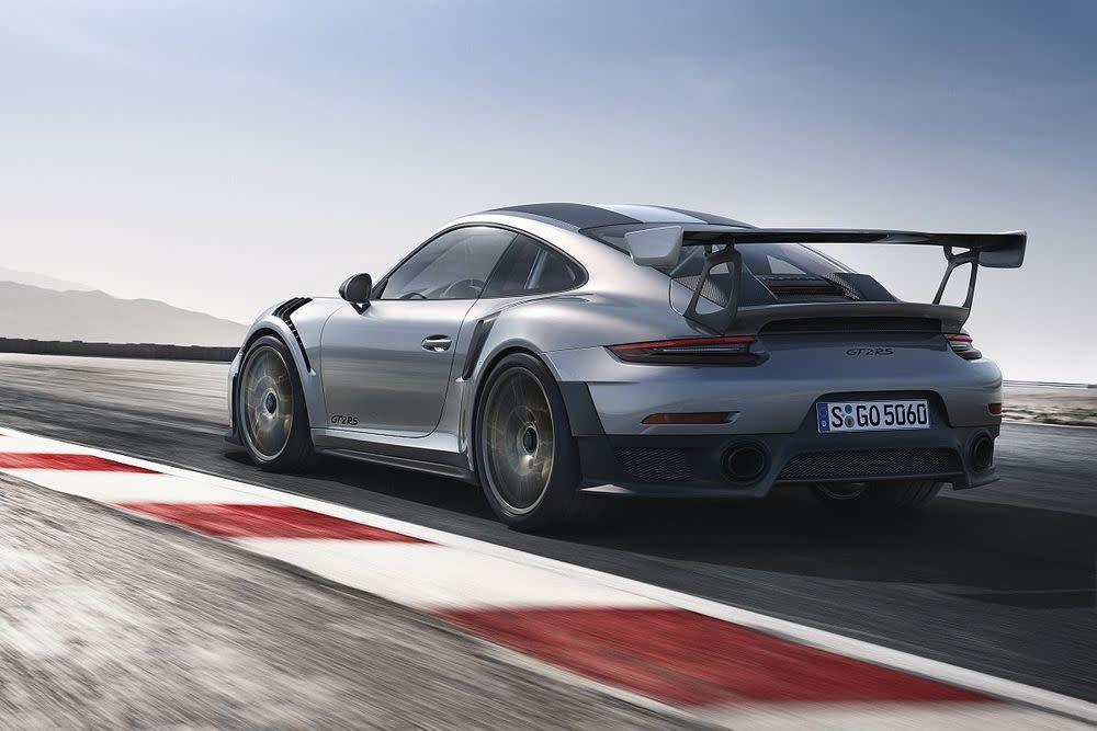 Dank konsequenter Leichtbauweise kommt der GT2 RS vollgetankt auf ein Gewicht von lediglich 1.470 Kilogramm.