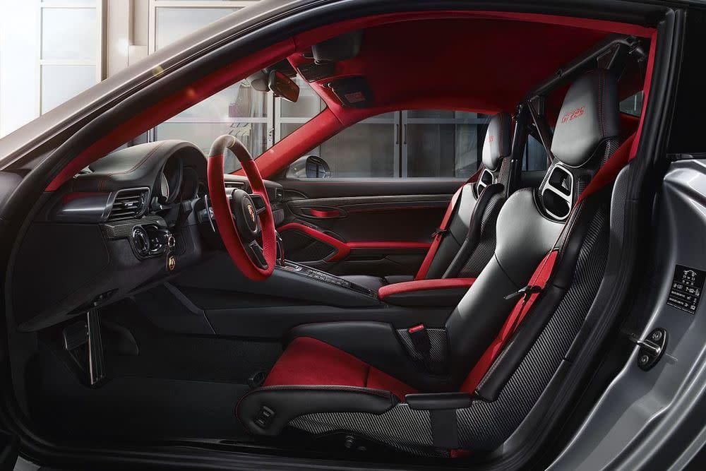 Serienmäßig dominieren im neuen 911 GT2 RS rotes Alcantara, schwarzes Leder und diverse Sichtcarbon-Applikationen.