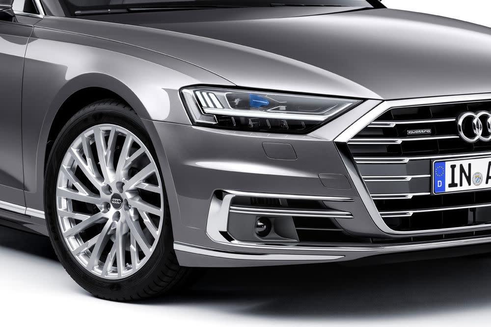 Diese Versprechen von sportlicher Optik und riesigem Kühlergrill löst Audi jetzt mit dem A8 erstmals in Serie ein.