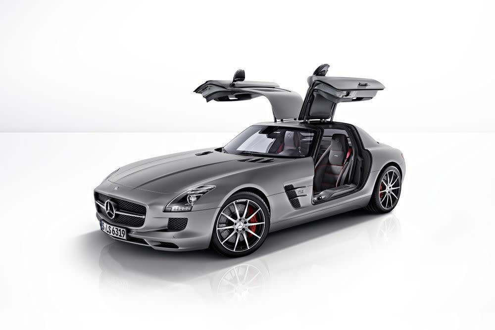 Mit abgedunkelten Scheinwerfern und Heckleuchten sowie rot lackierten Bremssätteln präsentiert der neue Mercedes-Benz SLS AMG GT Dominanz