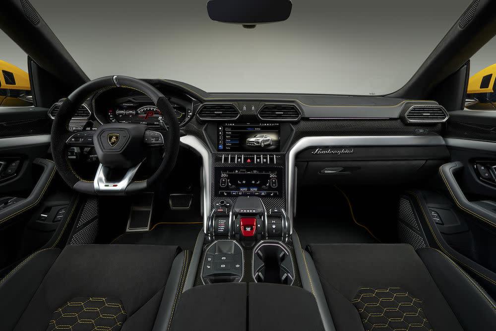 . Entsprechend viel Platz für bis zu fünf Personen ist allerdings ein Novum bei Lamborghini und qualifiziert das Fahrzeug erstmals als Lambo für die ganze Familie.