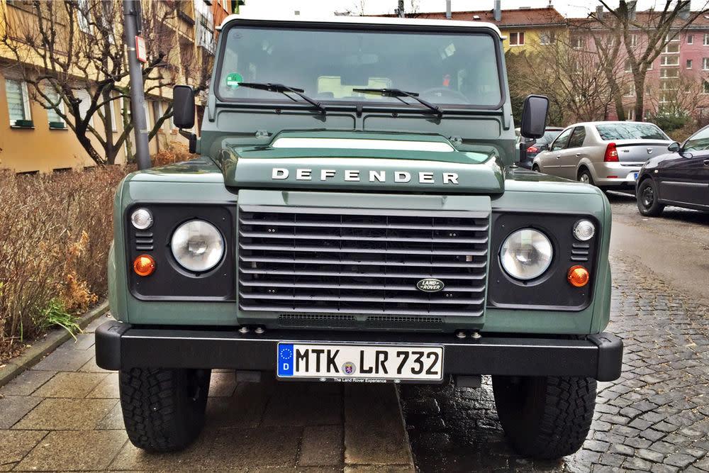 Geht auch in der Stadt. Nicht nur wegen der Parkplatznot und dem Verbrauch dürfte sich der Land Rover Defender außerhalb des Ballungsraum wohler fühlen