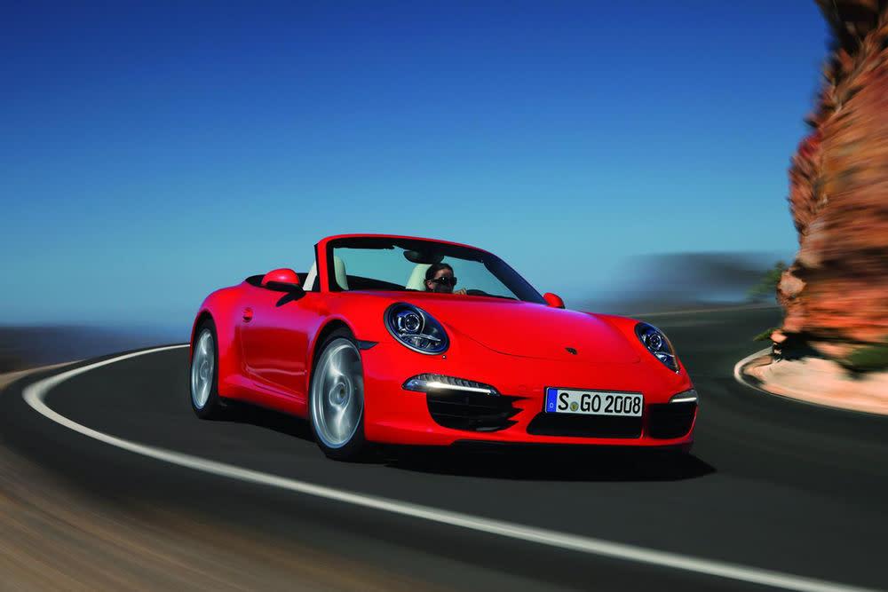 Es kann nur einen geben. Der Porsche 911 Cabrio ist der ewige Klassiker, der immer wieder zu begeistern weiß. Hier in der aktuellen Version, die auf der Detroit Motor Show Premiere feierte und bereits seit März dieses Jahres zu haben ist.