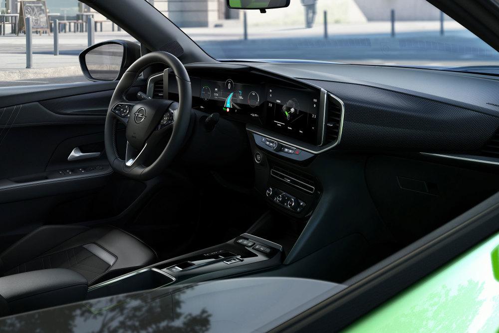 Im Innenraum setzt Opel beim Mokka-e auf eine Kombi aus analog und digital.