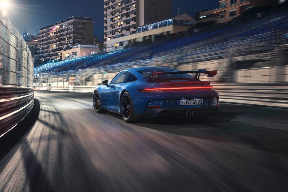 Der Heckflügel fällt beim Porsche 911 GT3 (2021) sofort auf.