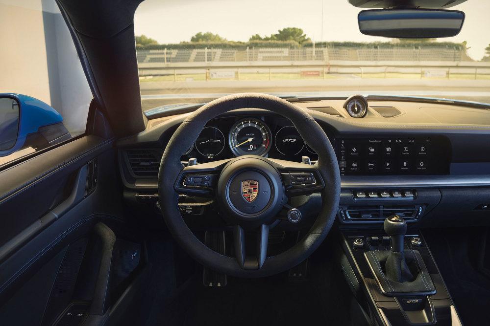 Das Cockpit des neuen Porsche 911 GT3 erschlägt den Fahrer nicht mit Knöpfen.