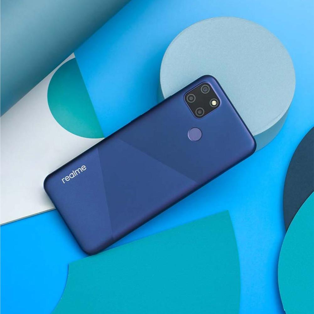Das Smartphone Realme C12, hier in blau, hat ebenfalls eine gute Akkulaufzeit