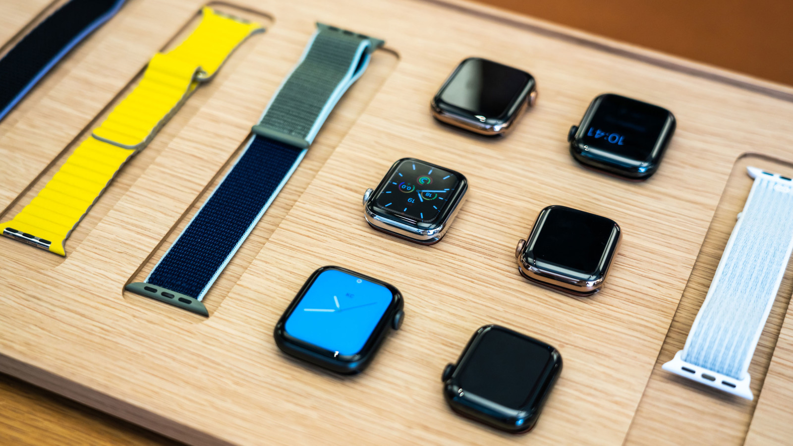 Apple Watch-Modelle liegen im Apple Store