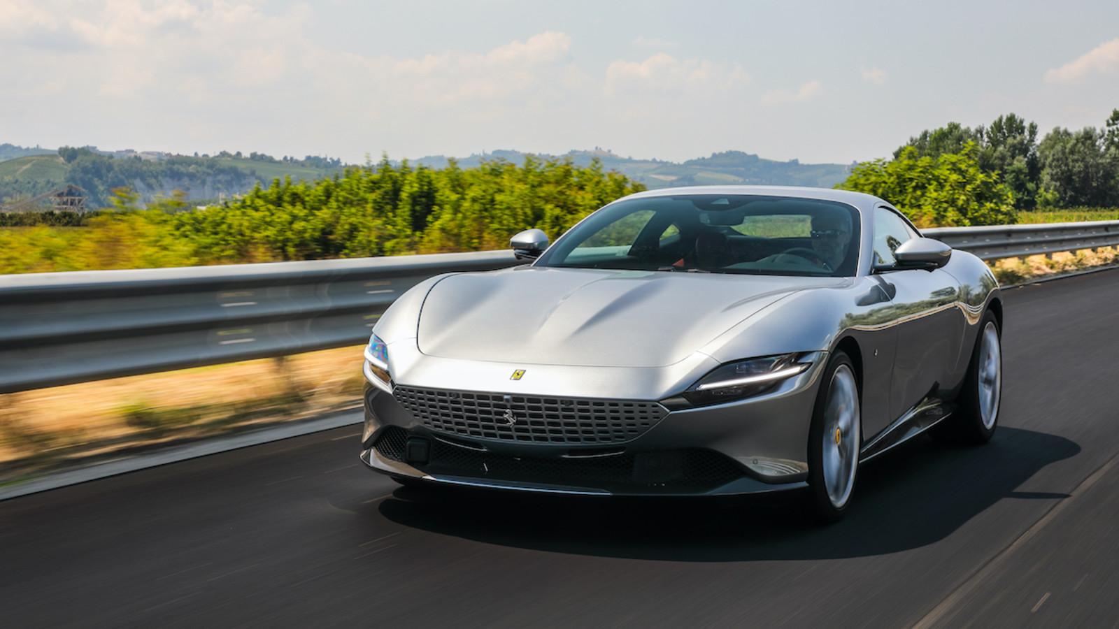 Der Ferrari Roma erkundet die Straßen im Piemont