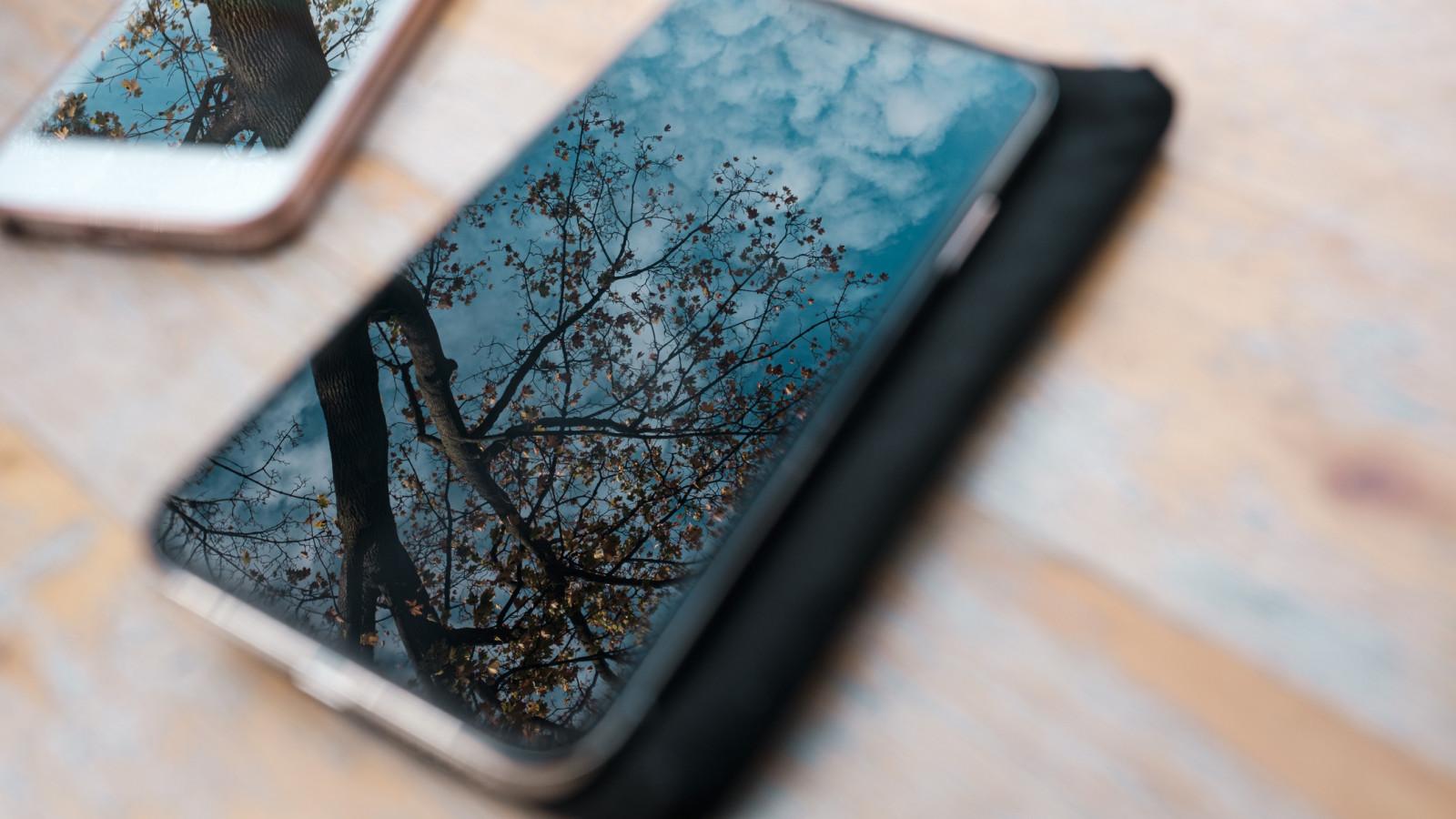 Zwei Smartphones liegen auf einem Tisch