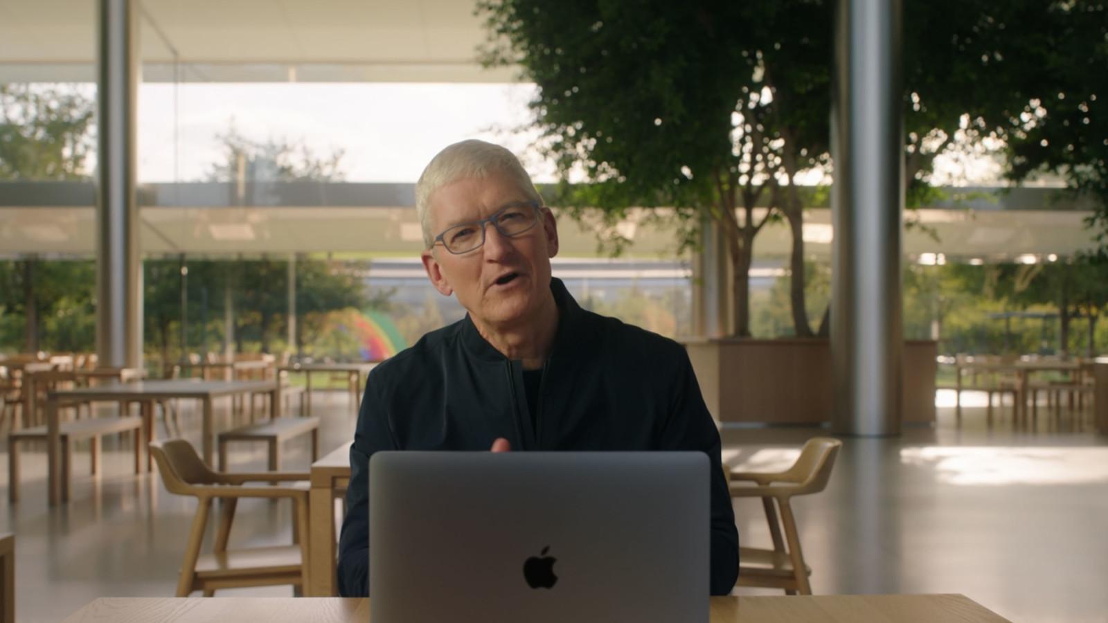 Apple-CEO Tim Cook sitzt vor einem neuen Macbook