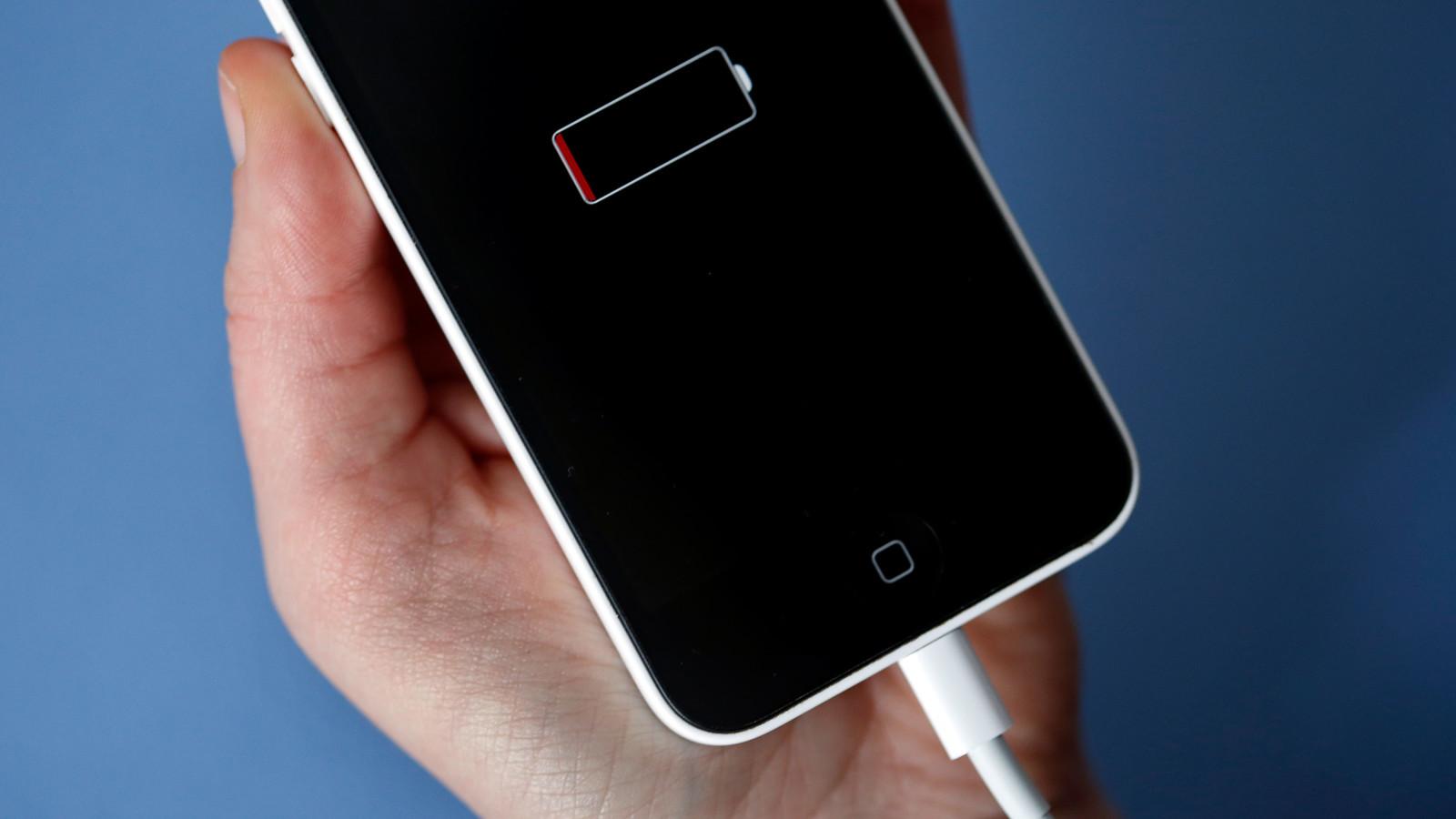 Das Apple iPhone hat einen niedrigen Akkustand und muss geladen werden.