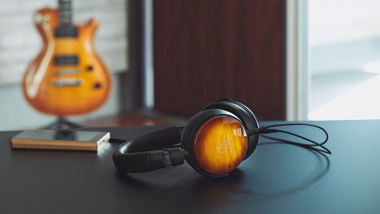 Der Audio-Technica ATH-WP900 ist ein Over-Ear-Kopfhörer im Holz-Design.