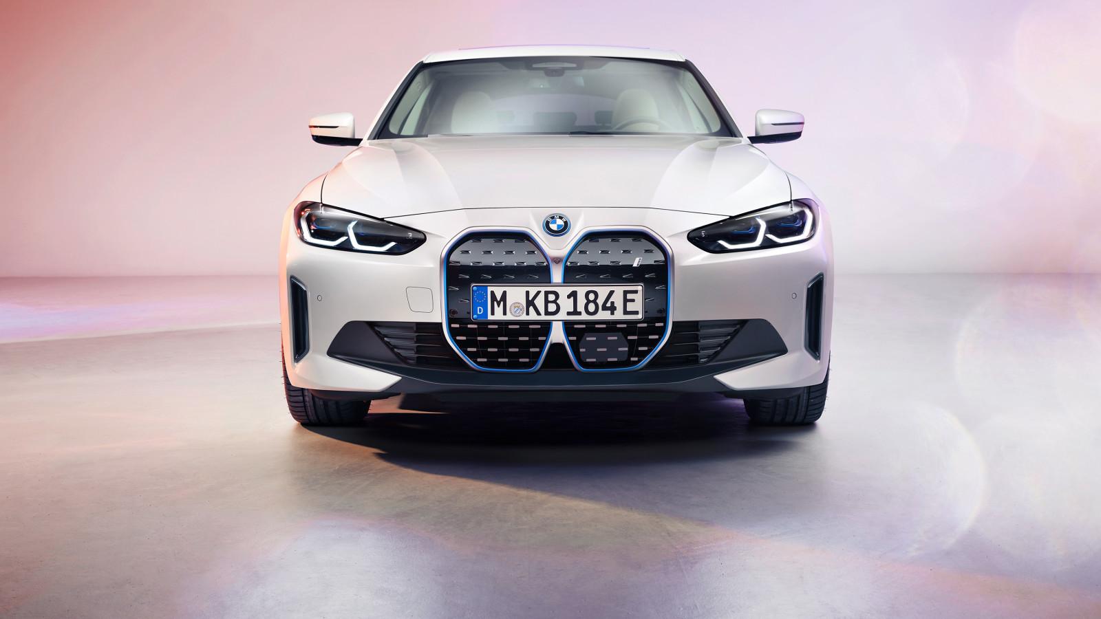 Der BMW i4 lässt sein Tarnkleid fallen.